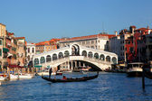 Venice, Rialto bridge and with gondola on Grand Canal, Italy — Stock Photo