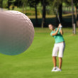 Woman playing golf — Stockfoto