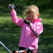 Cute little girl playing golf — Stockfoto