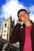 Vacker ung dam med mobiltelefon i staden — Stockfoto