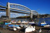 Alte eisenbahnbrücke mit booten in plymouth, großbritannien — Stockfoto