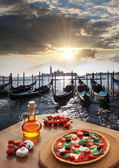 Classic Italian pizza in Venice against canal, Italy — Foto de Stock