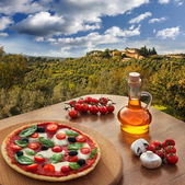 Italian pizza in Chianti, famous vineyard landscape in Italy — Photo