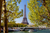 Eiffel Tower with boat on Seine in Paris, France — Stock Photo