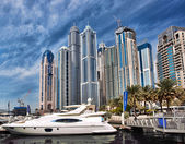 Dubai Marina with boat against skyscrapers in Dubai, United Arab Emirates — Stock Photo