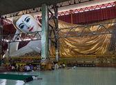 Reclining budda in Chaukhtatgyi Paya. Yangon. Myanmar. — Stock Photo
