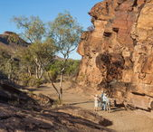 Tourists at Chambers Gorge aboriginal engraving site. Flinders Ranges. South Australia. — Stock Photo