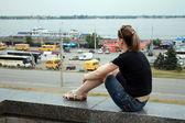 Jeunes femmes assis sur le parapet — Photo