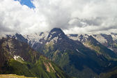 Dağ doruklarına dombai içinde. yaz aylarında bulutlu hava — Stok fotoğraf