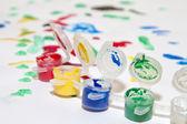 Разноцветные баночки с гуашью и рисования для детей — Стоковое фото