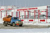 Camión ruso se encuentra en medio de las granjas del tanque — Foto de Stock