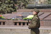 Soldiers of  honor guard with a gun in his hand shall be on duty at eternal flame — Foto de Stock
