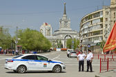 New police car and the police are standing in the cordon at the victory parade near the Central train station Volgograd-1 . — Stock Photo