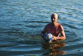 Muž s míčem — Stock fotografie