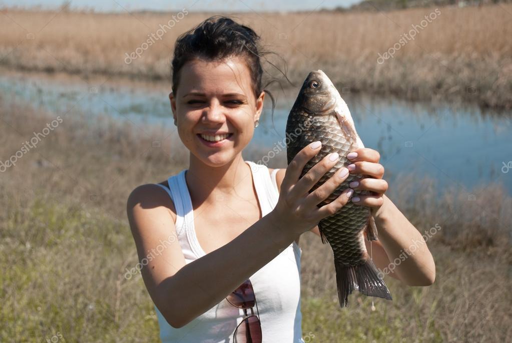 девушка с рыбой фото