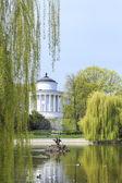 湖およびばねでは、ポーランドのワルシャワでサクソン庭園ウェスタ神殿 — ストック写真