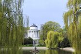 Lake and Temple of Vesta in Saxon Garden in Warsaw in spring, Poland — Stockfoto