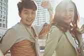 молодая беззаботная пара смеется — Стоковое фото