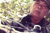 Старший азиатских человек, езда на велосипеде — Стоковое фото
