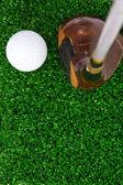 Golfový míček a putter na zelené trávě — Stock fotografie