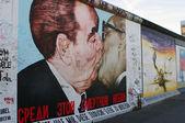 BERLIN - OCTOBER 19, 2012: Kiss between Brezhnev and Honecker — Stock Photo