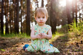 Niño en bosque — Foto de Stock