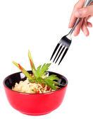 Sana comida china en una placa roja y de la mano con un tenedor — Foto de Stock