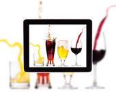 Sammlung von alkohol auf einem digitalen tablettbildschirm — Stockfoto
