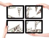 Sacco di soldi su un schermo del tablet pc — Foto Stock