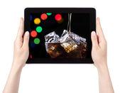 Fundo de festa com coca-cola em um tablet digital — Fotografia Stock