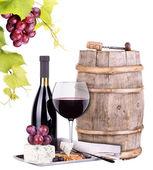 Druiven op een vat met kurkentrekker, glas wijn en kaas — Stockfoto
