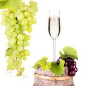 Trauben mit glas champagner am schaft — Stockfoto