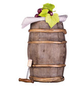 Winogrona na drewnianej beczce rocznik z korkociągiem — Zdjęcie stockowe