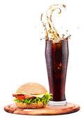 Hemgjorda burgare och färska cola — Stockfoto