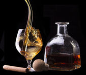 Cognac y puros en negro con mesa vintage — Foto de Stock