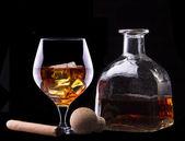 Cognac y puros en negro — Foto de Stock