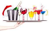 Différentes images d'alcool sur un plateau de serveuse — Photo