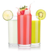 Tasty summer fruit drinks in glass with splash — Foto de Stock
