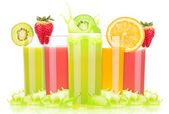 Tasty summer fruit drinks in glass with splash — 图库照片