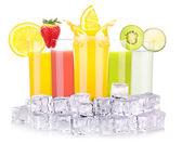 Chutné letní ovocné nápoje ve skle s logem — Stock fotografie