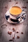 Xícara de café na mesa de madeira vintage — Fotografia Stock