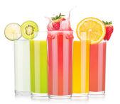 Boissons aux fruits délicieux de l'été, en verre avec splash — Photo