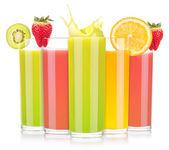 夏季口味的水果饮料在玻璃时溅起水花 — 图库照片