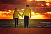 Couple Man and Woman in Love walking on Beach seaside — Stock Photo