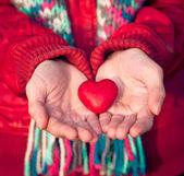 Σύμβολο αγάπης σχήμα καρδιά σε γυναίκα τα χέρια του Αγίου Βαλεντίνου ρομαντική χαιρετισμό άνθρωποι σχέση έννοια χειμερινών διακοπών — Φωτογραφία Αρχείου