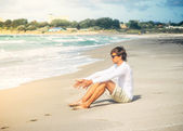 Man Traveler sitting on beach seaside summer vacations Lifestyle concept — Stock Photo
