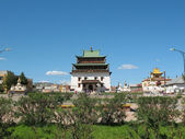 The main building of Gandan Monastery in Ulaanbaatar and the area in front of him — Stock Photo