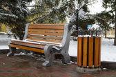 木制长椅和积雪覆盖的垃圾桶 — 图库照片