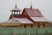 Budova je postavena dřevěný kostel pro zelený plot — Stock fotografie
