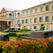 Administrative building and old guns near Bangkok — Stockfoto
